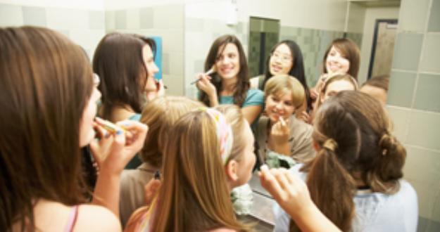 Si fanno foto in bagno a scuola con il telefonino scoperte dal preside quotidiano di gela - Pompino in bagno scuola ...