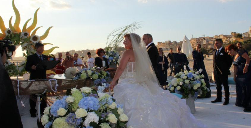 Matrimonio In Spiaggia Rimini : Massimo e veronica dicono sì in riva al mare un
